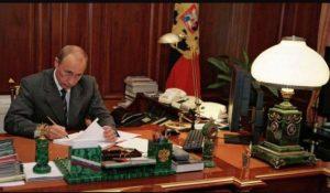 đá lông công malachite được chọn để làm khay đựng bút của tổng thống Nga